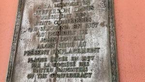 La plaque était sur l'édifice de la Compagnie de la Baie d'Hudson au centre-ville de Montréal, sur l'avenue Union.