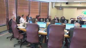 Les conseillers assis dans la salle du conseil municipal à Gatineau.