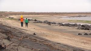 Famille marchant sur la berge de la Pointe de Moisie, près de Sept-Îles.