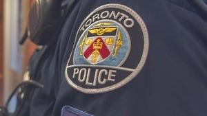 logo de la police de Toronto sur une veste de la police de Toronto