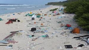 Des centaines de déchets jonchent une plage de l'île Hendersion, dans le Pacifique