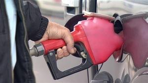 Un automobiliste fait le plein d'essence.