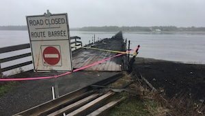 Des panneaux indicateurs ont été installés aux extrémités de ce qui reste du pont