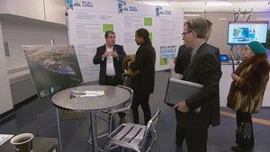 Des citoyens et organismes assistent à la journée de présentation de l'étude d'impact environnemental du projet du Port de Québec.