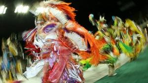 Des danseurs de pow-wow portent des plumes.