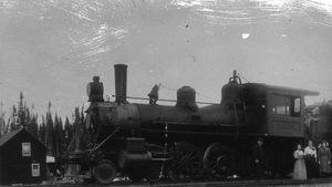 Photo d'époque en noir et blanc d'une des premières locomotives dans la région de Hearst.