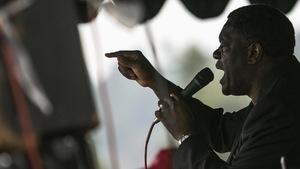 Denis Mukwege vu de profil, micro à la main, en plein discours