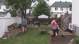 Des jeunes aident une victime de la pyrrhotite à préparer les travaux qui auront lieu au printemps.
