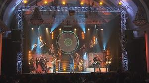 Des chanteurs et des musiciens sur la scène.