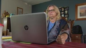 Fonctionnaire fédérale, Rachelle Deault travaille de chez elle sur une ferme.