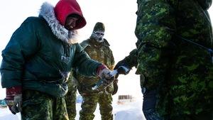 Un soldat donne une machette au Ranger.