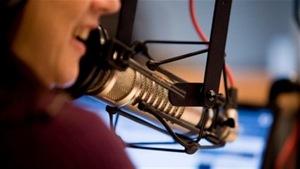 Un micro d'un studio de radio en gros plan.
