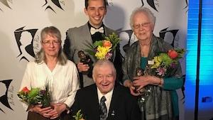 De gauche à droite, les récipiendaires du 33e Gala des prix Riel : Gisèle Johnson Himbeault, Gabriel Tougas, Paul Grenier et Lucille Bazin. Mariette Mulaire n'apparaît pas sur la photo.