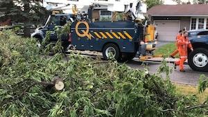 Un camion et des employés d'Hydro-Québec.