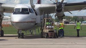 Un appareil électroménager est chargé à bord d'un avion