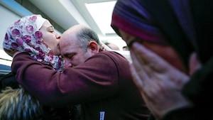 La réfugiée syrienne Haj Khalaf embrasse son père devant sa mère en pleurs quelques instants après son arrivée en sol américain après avoir craint ne pas pouvoir entrer aux États-Unis en raison du décret.