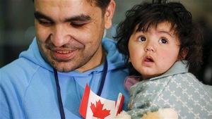 Un réfugié syrien et sa fille lors de leur arrivée à Toronto, en décembre 2015 .