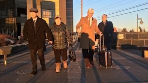 Rino Volpé, sa conjointe et ses avocats à la sortie du palais de justice de Moncton