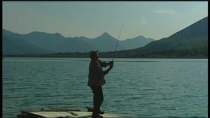 Un homme pêche dans la rivière Peel au Yukon