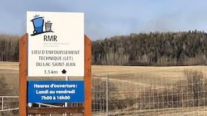 La pancarte de la RMR devant un champ.