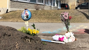 Des fleurs ont été déposées devant le terrain où le corps de Rosalie Gagnon a été retrouvée