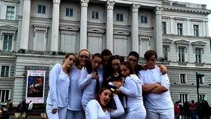 Les jeunes de la troupe de théâtre Les Excentrés devant le Théâtre de Roumanie où ils ont présenté leur pièce.