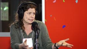 Roxanne Bouchard au microphone de Marilou St-Onge de l'émission Sur le vif.