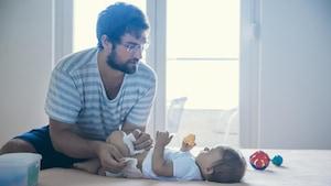 Les pères sont plus nombreux à prendre un congé de paternité depuis l'arrivée du Régime québécois d'assurance parentale.