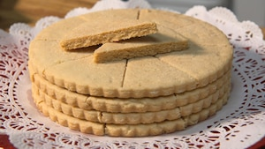 Un petit gâteau formé de biscuits sablés.