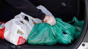 Des sacs de plastique dans le coffre d'une voiture.