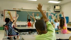 Des jeunes dans une salle de classe.