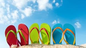 Quatre paires de sandales pour la plage