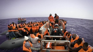 Une opération de sauvetage venant en aide à un bateau bondé.