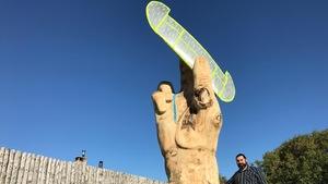 La sculpture de l'artiste David Perrett est désormais érigée dans le parc Whittier.