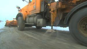 Camion du ministère des Transports du Québec qui étend du sel.
