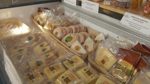 Un étalage de fromages fins .