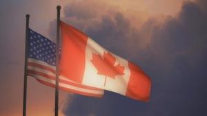 Les drapeaux de Canada et des États-Unis côte-à-côte.