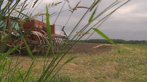 Une machinerie agricole dans un champs.