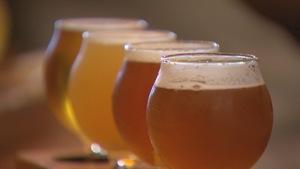 Quelques verres de bières de différentes couleurs.