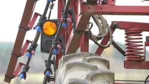 Dispositif de pulvérisation de pesticides sur une machinerie agricole.