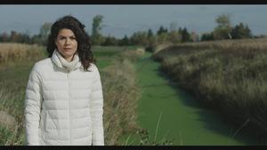 Catherine Mercier, animatrice de La semaine verte, dans un champs près d'un ruisseau.