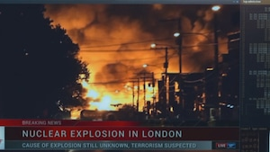 On voit des flammes, de la fumée dans une rue la nuit.