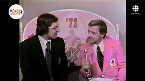 Guy Ferron, tenant le micro aux côtés de Serge Savard, dans le décor de l'émission de la Série du Siècle de 1972