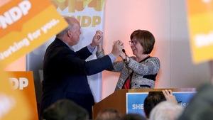 Sheila Malcolmson célèbre sa victoire en tenant les mains de John Horgan, le premier ministre de la Colombie-Britannique