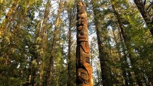 Un totem situé sur l'un des sentiers du parc national de Sitka, en Alaska