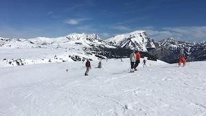 Des gens skient dans la montagne.