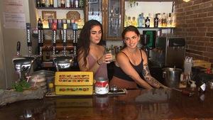 Les deux soeurs derrière le bar de leur restaurant le Pigor.