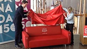 Un sofa rouge pour recueillir les confidences des Canadiens pour le 150e anniversaire de la Confédération canadienne.