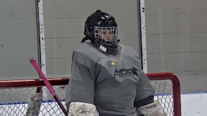 Sophie LeVasseur debout devant un but de hockey