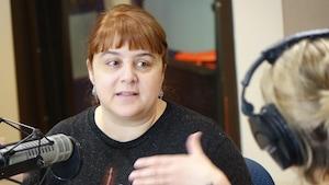 Sophie Daviau en train de parler en studio à Jhade Montpetit.